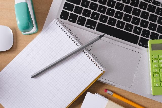 PC、筆記用具の写真