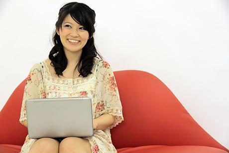 PCをタイピングしている女性