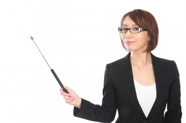 女性が棒で説明している