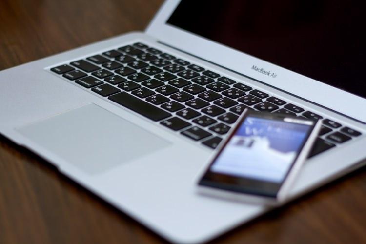 MacBook Airとスマホ